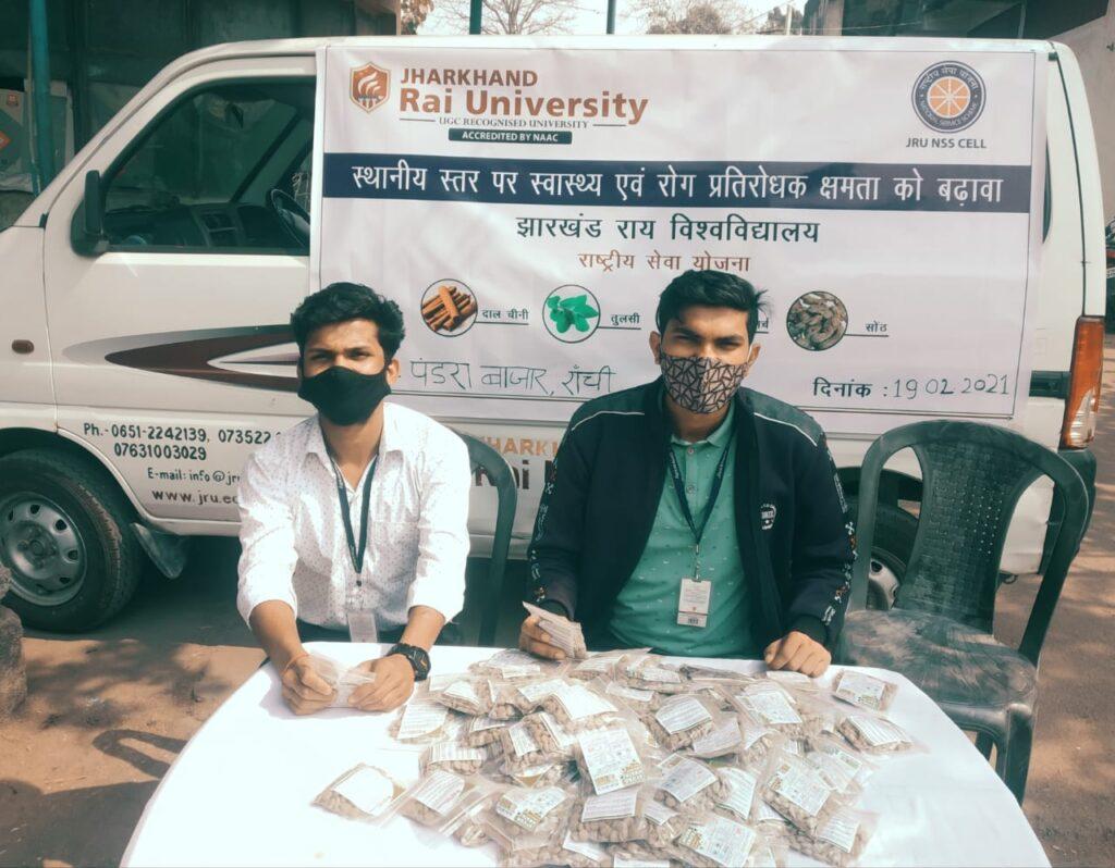 झारखण्ड राय यूनिवर्सिटी एनएसएस सेल के सहयोग से साप्ताहिक हाट बाजारों में क्वाथ टैबलेट्स का निःशुल्क वितरण